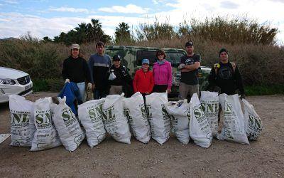 Miembros de ACCC Granada colaboran con la SNL en la limpieza de la Playa de las Azucenas en Motril.